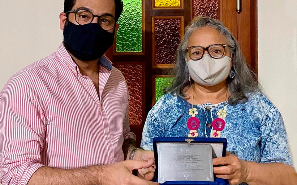 Asman homenageia nutricionista com placa e certificado de reconhecimento público